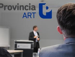 Docente dando clases con logo de Provincia ART